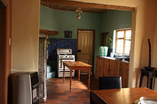 Ladismith, Sudafrica: Open plan dining room and kitchen - Zara Cottage