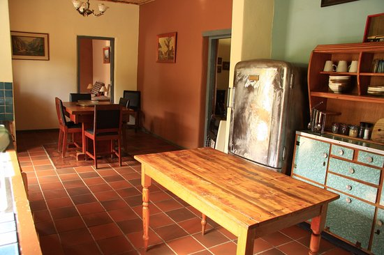 Ladismith, Sudáfrica: Open plan dining room and kitchen - Zara Cottage