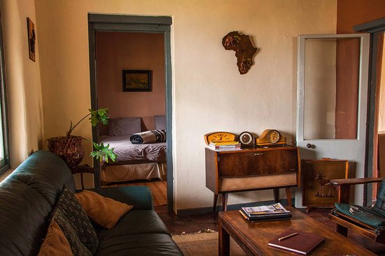 Ladismith, Sudáfrica: Spacious lounge off the King Size double bed room