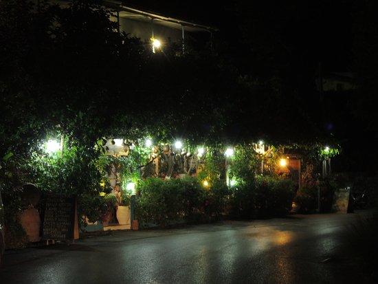 Spili, Grecia: το βραδυ ειναι ακομη πιο ομορφο