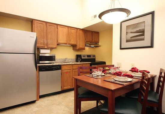 Tinton Falls, NJ: Penthouse Suite Kitchen