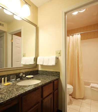 Tinton Falls, NJ: Guest Bathroom
