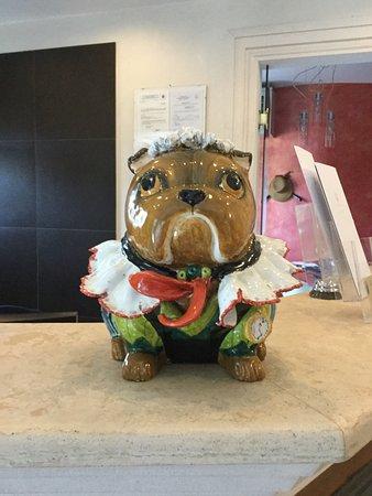 Hotel Corsignano - Pienza: China pug on reception desk