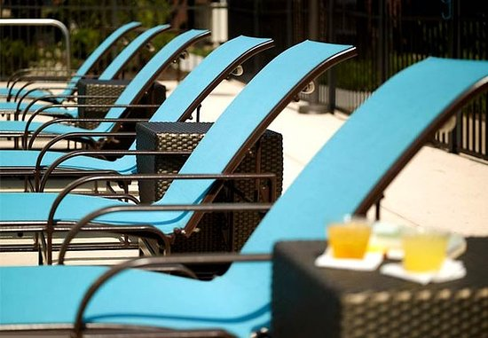 Brentwood, Теннесси: Outdoor Pool Lounge Chairs