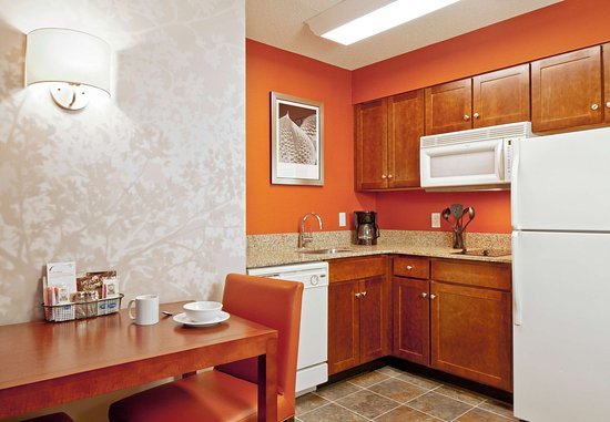 Norwood, MA: Suite Dining Area