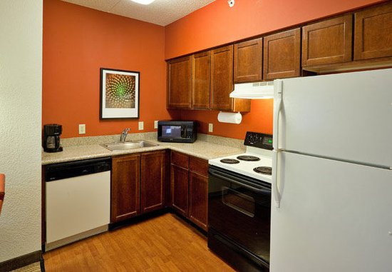 Oak Brook, IL: Fully-Equipped Kitchen