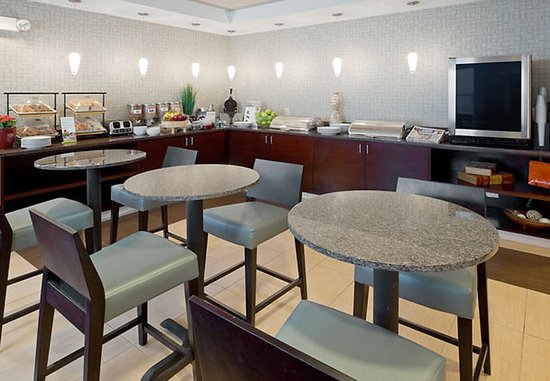 Dedham, MA: Breakfast Seating Area