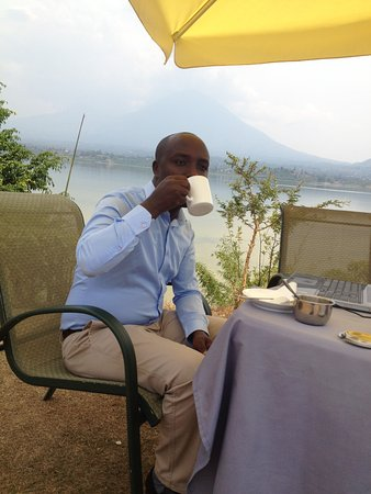 Musanze, Ruanda: Having my breakfast at the garden near the lake, wonderful view.