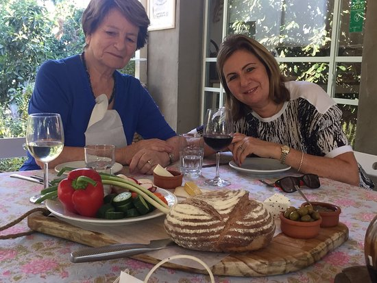 Ra'anana, Israel: We had a delicious,relaxed lunch under the fruit trees served by the friendly cheese maker himse