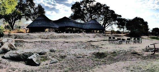 Ruaha River Lodge: Am Ruaha River liegt das Camp sehr idyllisch .....
