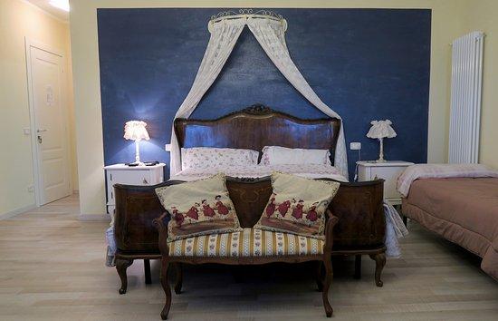 Treiso, Italie : Il letto matrimoniale della piccola suite