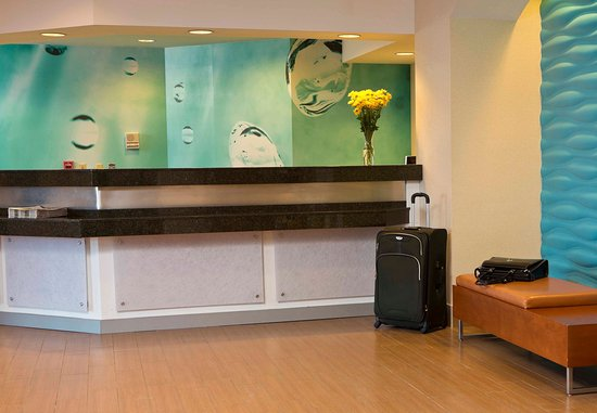 SpringHill Suites Fairbanks: Front Desk
