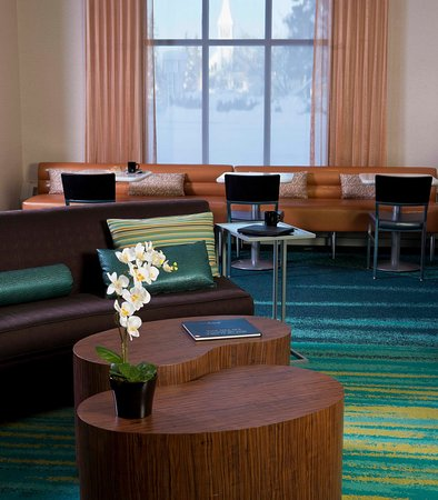 SpringHill Suites Fairbanks: Lobby Seating Area