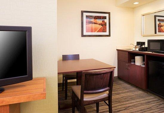 Eden Prairie, MN: King Suite – Kitchenette & Dining Area
