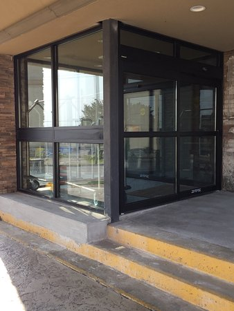 Leamington, Canadá: New Vestibule with Automatic Doors