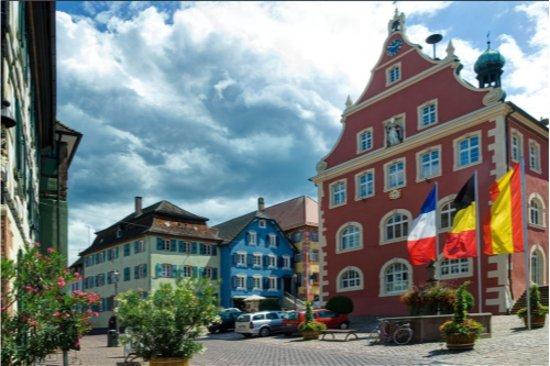Ettenheim, ألمانيا: Rathaus Ettenheim, Rohanstraße 16 und Barockkirche, unweit davon