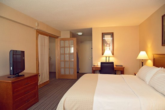 Holiday Inn Bozeman: Two Room Executive Suite with King Bed, Sleeper Sofa, and Desk