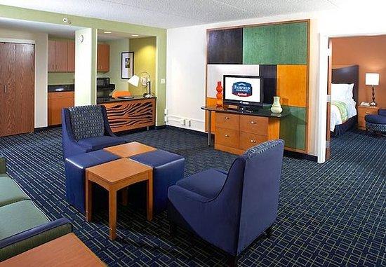 Beachwood, Οχάιο: King Suite Living Area