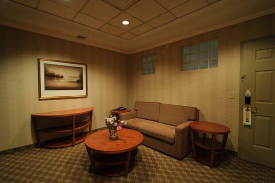 Plainview, NY: Presidential Suite/Bridal Suite Living Area