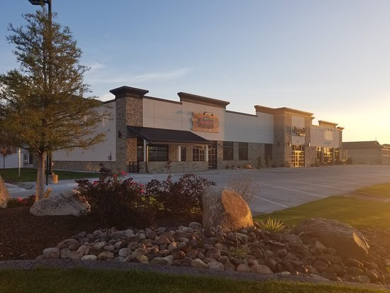 Holiday Inn Kearney: Angus Burgers and Sjhakes located 1 block away
