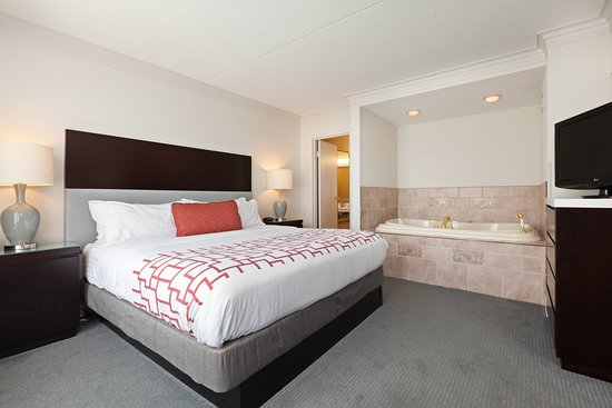 Weirton, Virginia Barat: Upgrade to a King Bed Whirlpool Suite