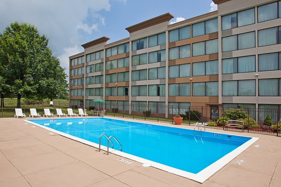 Weirton, Virginia Barat: Our Outdoor Pool is a Great Place to Meet and Relax.