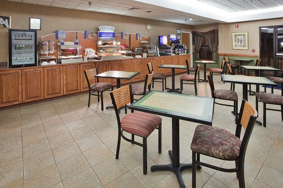 Holiday Inn Express: Breakfast Area with Hot Bar