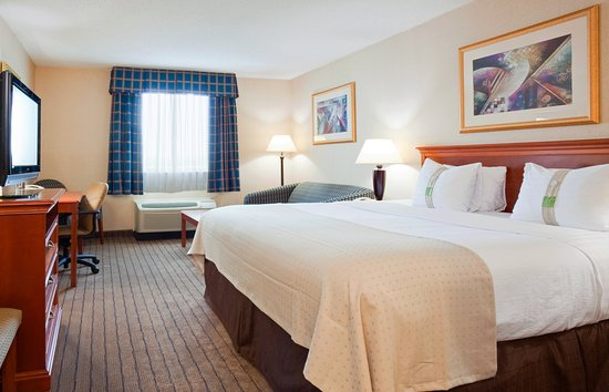 Alexandria, MN: King Bed Guest Room
