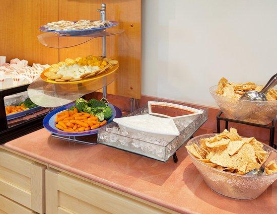 Modesto, Kalifornia: Enjoy Comp. Snacks and Appetizers Mon-Thurs 5-7pm