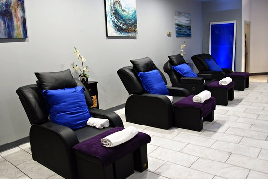 Chesapeake, VA: Relax on a comfortable, hugging, leather chair with soothing music quick to put you to sleep.