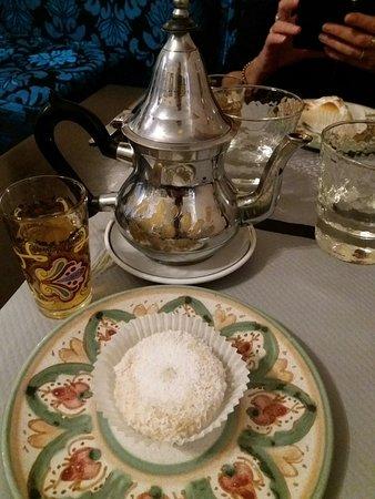 Maussane-les-Alpilles, Fransa: Petite pâtisserie marocaine et thé à la menthe