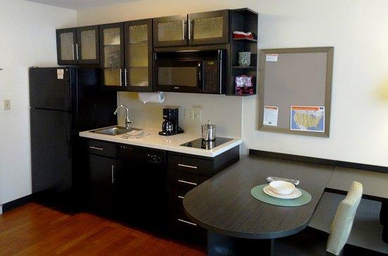 Candlewood Suites Boston-Burlington: Studio Suite Kitchen