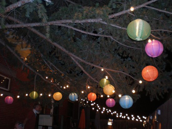 Longmont, CO: Loved the colored lanterns hanging from the trees. Made it feel very festive.