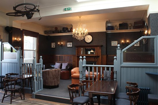Broadstone, UK: Comfy sofas next to the fireplace