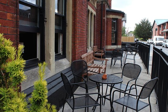 Broadstone, UK: Seating out front of the pub