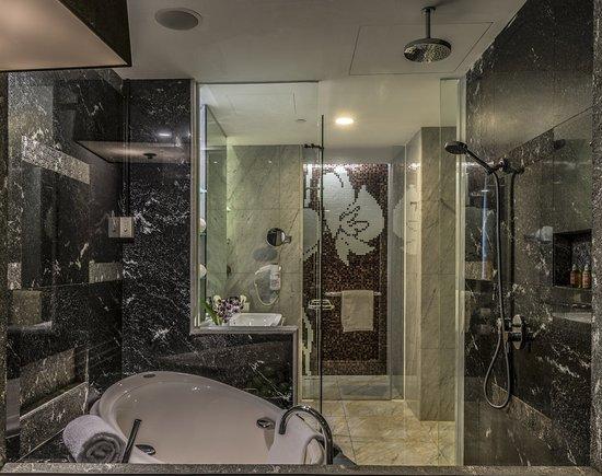 Ascott Raffles Place Singapore: Bathroom of Collyer Suite (1 bedroom)