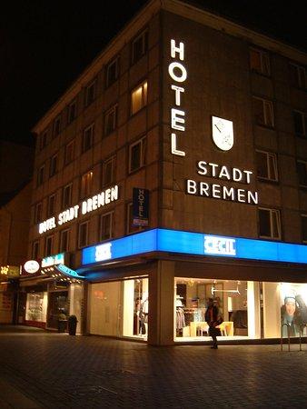 Bielefeld, Tyskland: Hotel by night