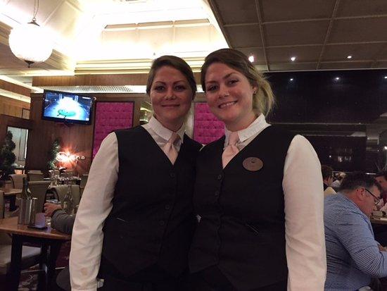 Naas, Irlandia: Twin waitresses!