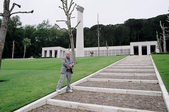 Tavarnuzze, إيطاليا: Strolling the area is Tom Stanford
