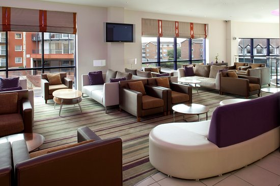 Holiday Inn Express London-Newbury Park: Bar and Lounge