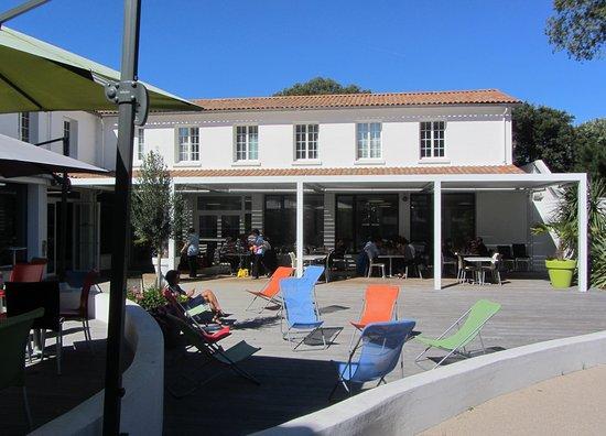 Les Quatre Vents : terrasse dvant le restaurant