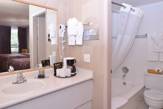 Fernie, Canadá: Two Double Beds Guest Bathroom