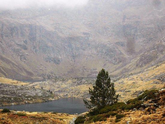 Arinsal, Andorra: primer lago, el segundo también está pero no se aprecia bien por que llovía y el dia estaba muy