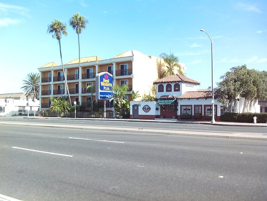 BEST WESTERN PLUS Newport Beach Inn: View from across highway.