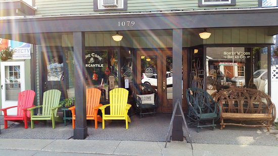 Schroon Lake, NY: The bakery and the store share this site.