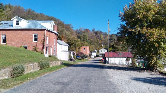 The Palisades Restaurant: Looking down the street in Eggleston VA - more parking on that side