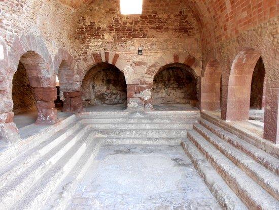 Caldes de Montbui, Spain: Piscina, arcos y ventana