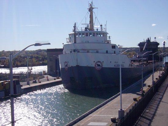 St. Catharines, Kanada: Algoma Steel Ship Entering the Lock