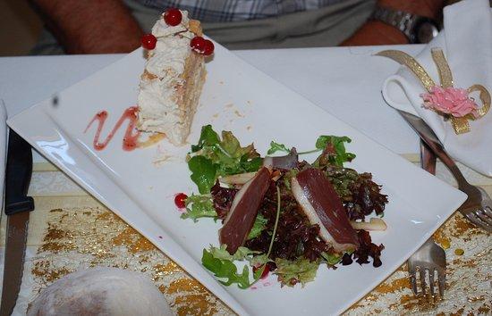 Saone-et-Loire, Francia: mille feuille de foie gras méli-mélo de salade magret de canard