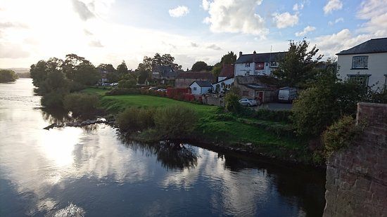 Ross-on-Wye, UK: View of the hotel from the bridge